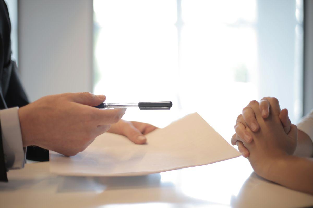 ¿Qué elementos deben siempre estar en el contrato de compra de un auto usado?
