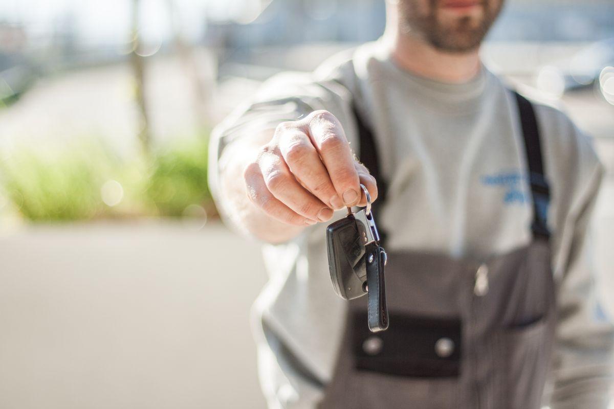 Cuáles son los pros y los contras de alquilar un vehículo en lugar de comprarlo