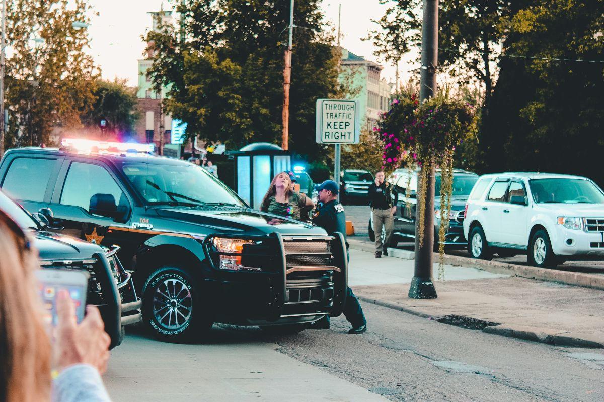 Si te multan manejando un auto alquilado: ¿quién paga?