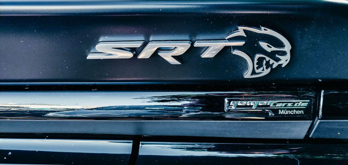 Esta pickup vieja y oxidada Dodge 1968 tiene un Hellcat Hemi de 700 hp