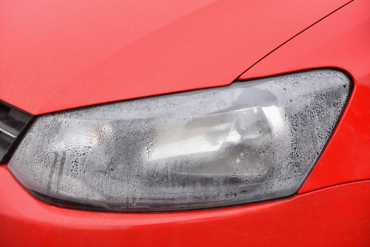 Cómo retirar el agua condensada del interior de los faros de tu auto