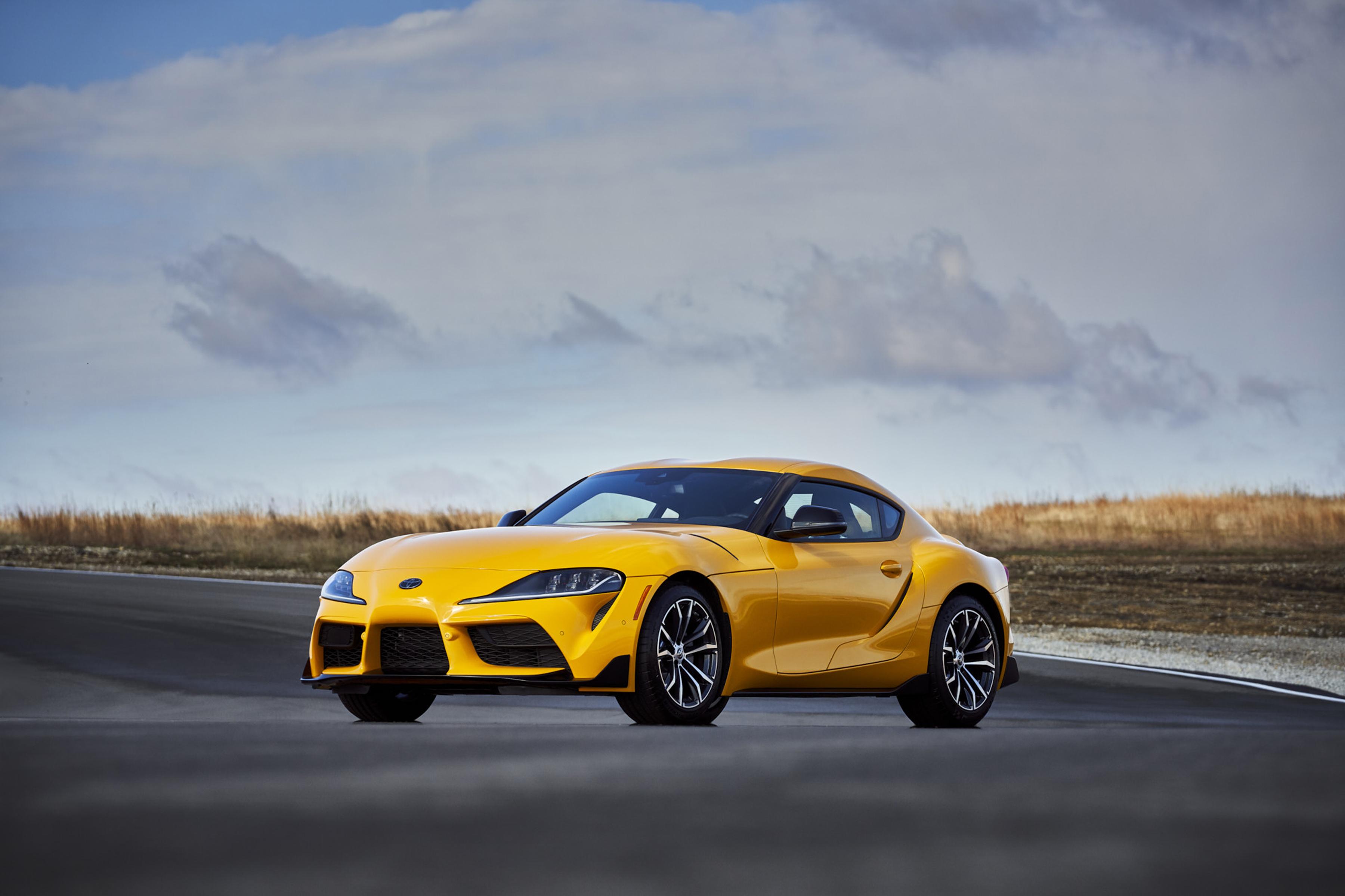 Foto promocional del Toyota Supra 2021 color amarillo