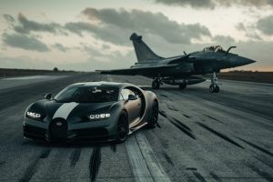 Bugatti pone a prueba su Chiron Sport compitiendo contra un avión de combate