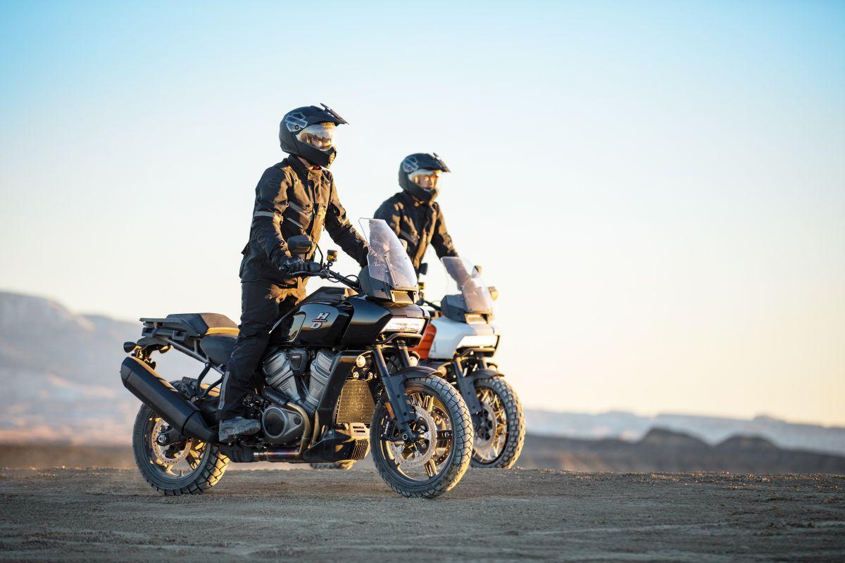 Foto de dos motociclistas a bordo de la Pan America de Harley-Davidson