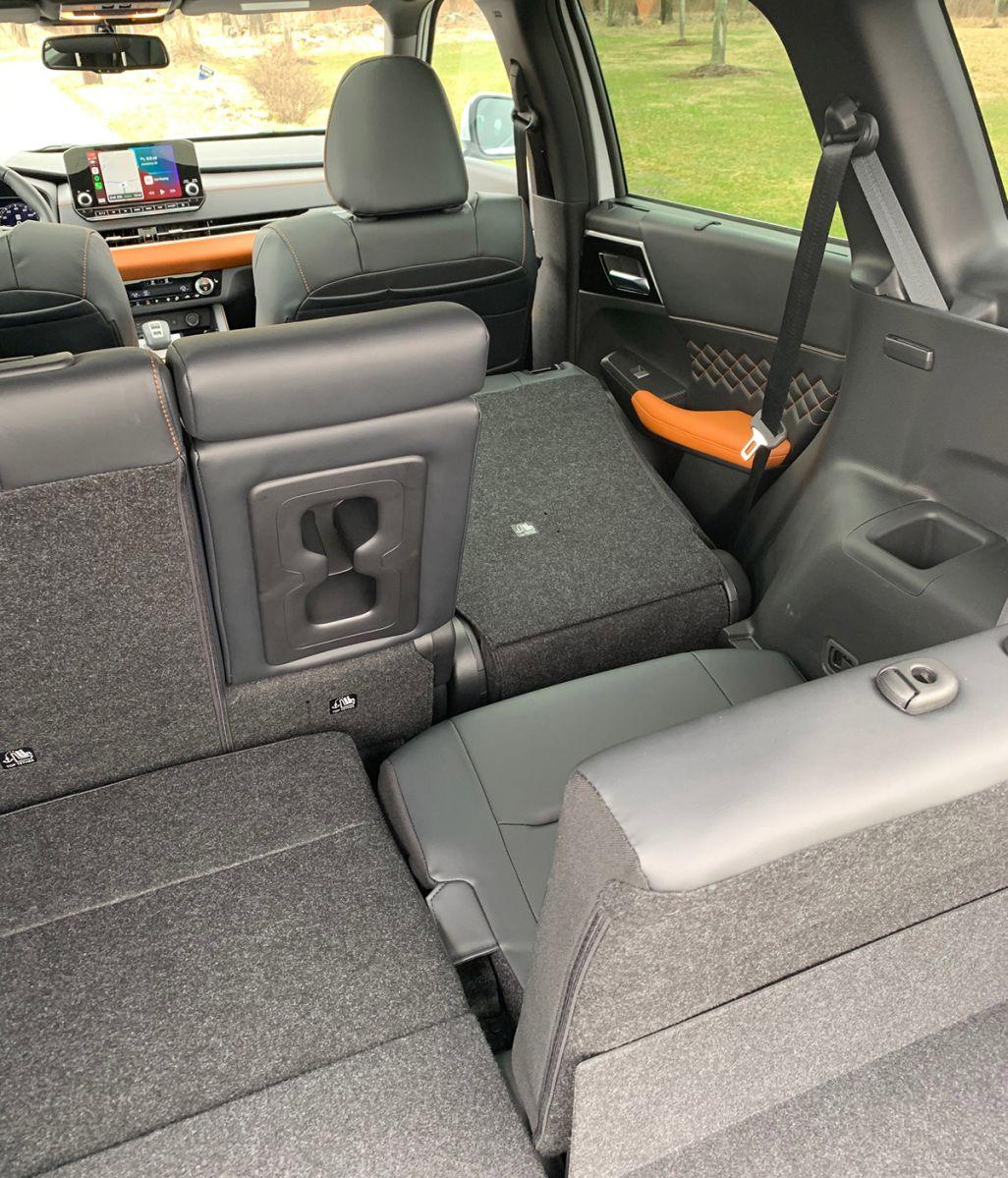 La tercera fila de asientos no tiene espacio para las piernas.