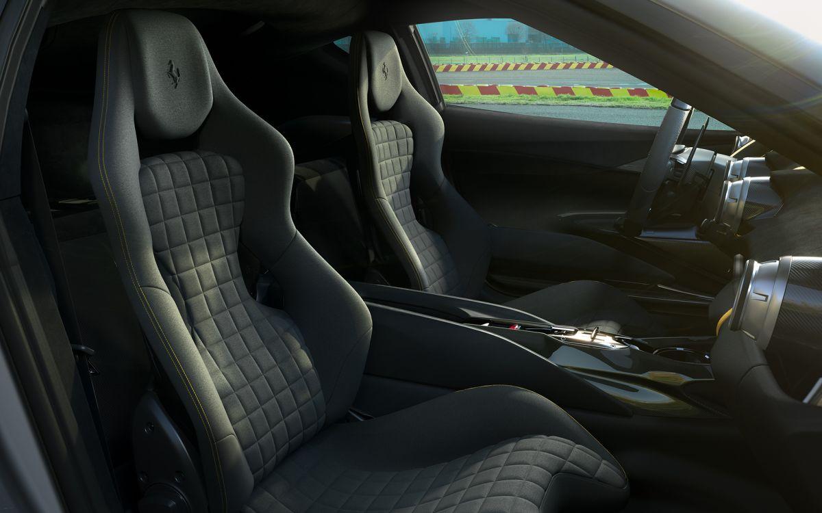 Foto del interior del Ferrari 812 Competizione