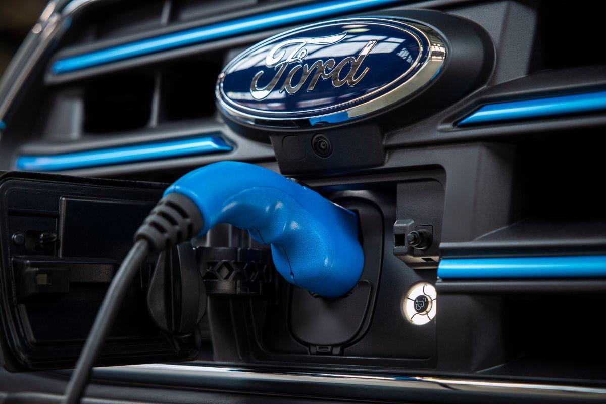 Primer plano del punto de carga de una Ford E-Transit