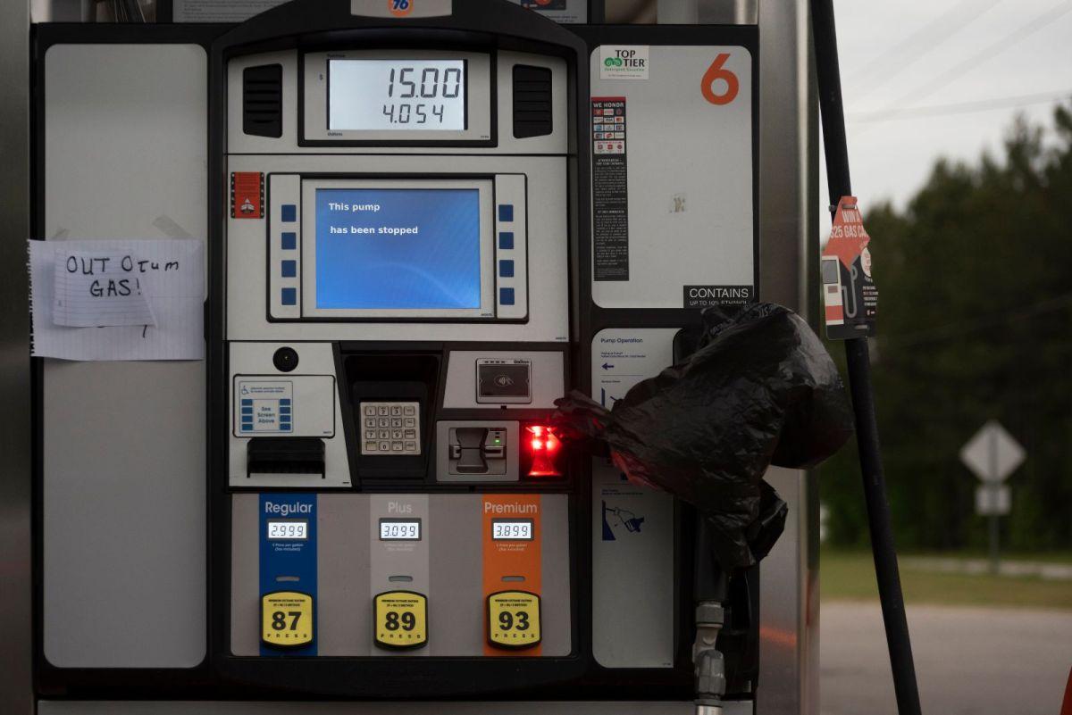 Llenar bolsas de plástico con gasolina para almacenarla no es buena idea: qué debes hacer