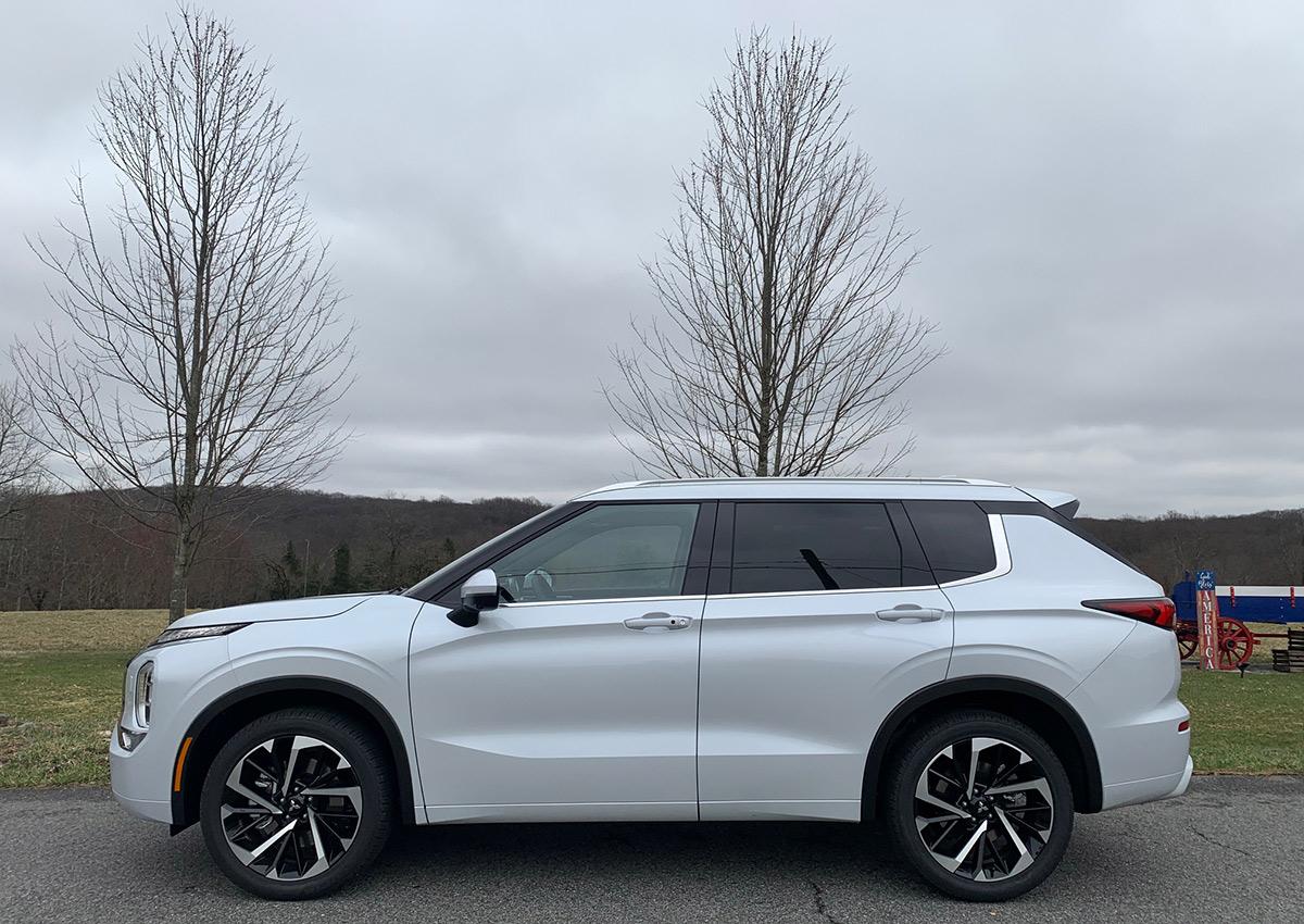 El Outlander es un SUV que se desenvuelve bien por caminos de piedras.