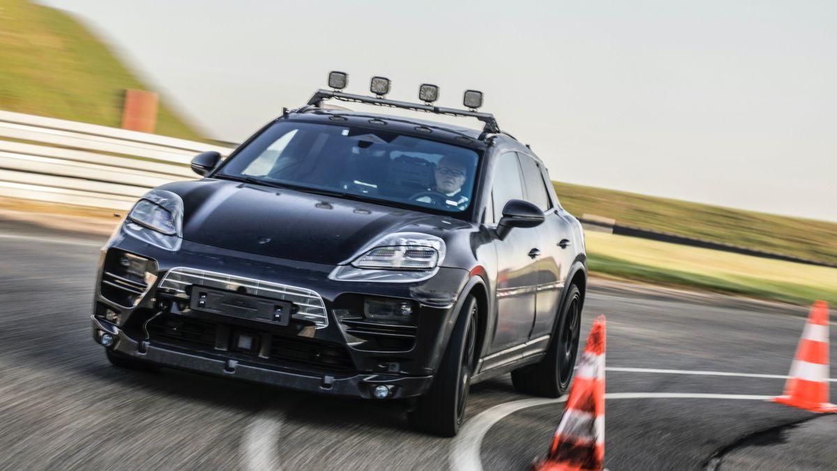 Foto del prototipo camuflado del Porsche Macan eléctrico durante la prueba de carretera