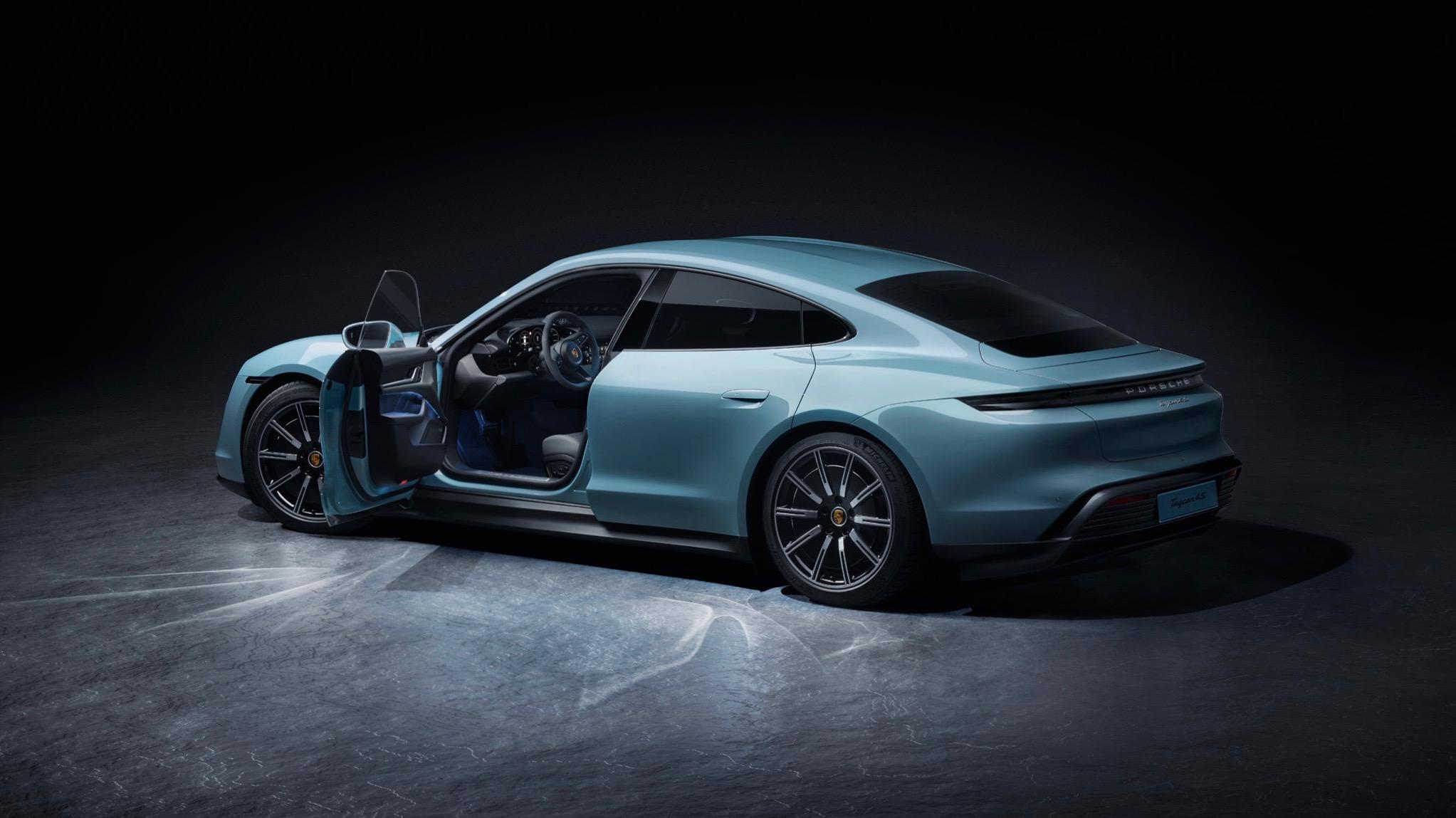 Foto del Porsche Taycan con una puerta abierta