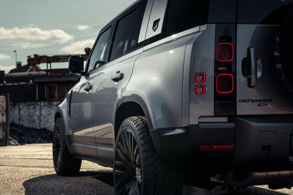 Agregar molduras oxidadas podría convertir a tu auto en lo último en tendencia como lo hizo este Land Rover Defender