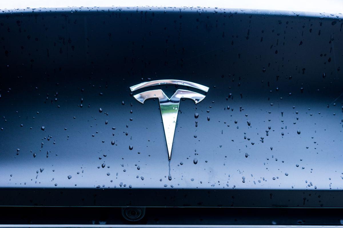 Autoridades afirman que el auto Tesla del accidente en California estaba en piloto automático