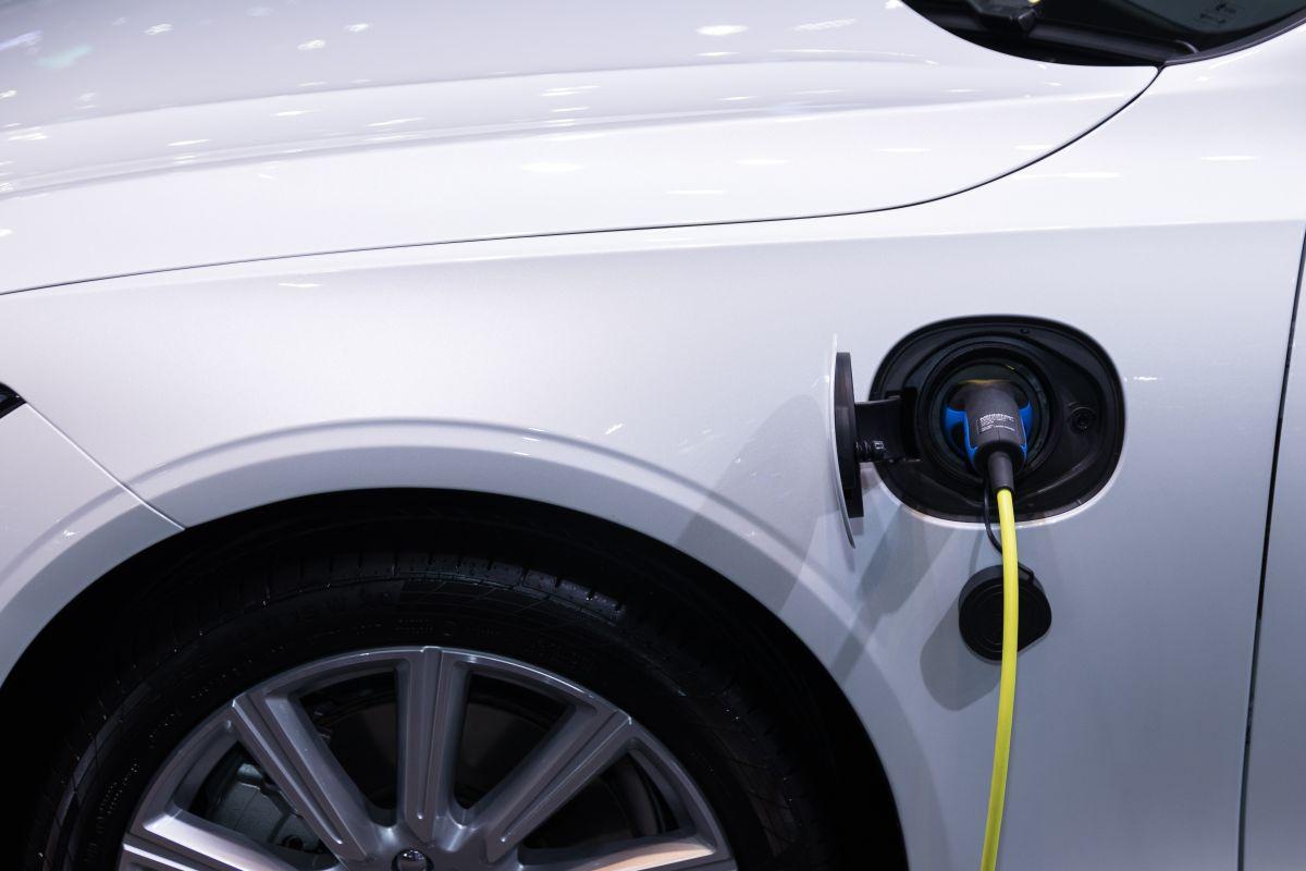 Un estudio sostiene que 20% de los dueños de autos eléctricos vuelven a comprar un auto a gasolina