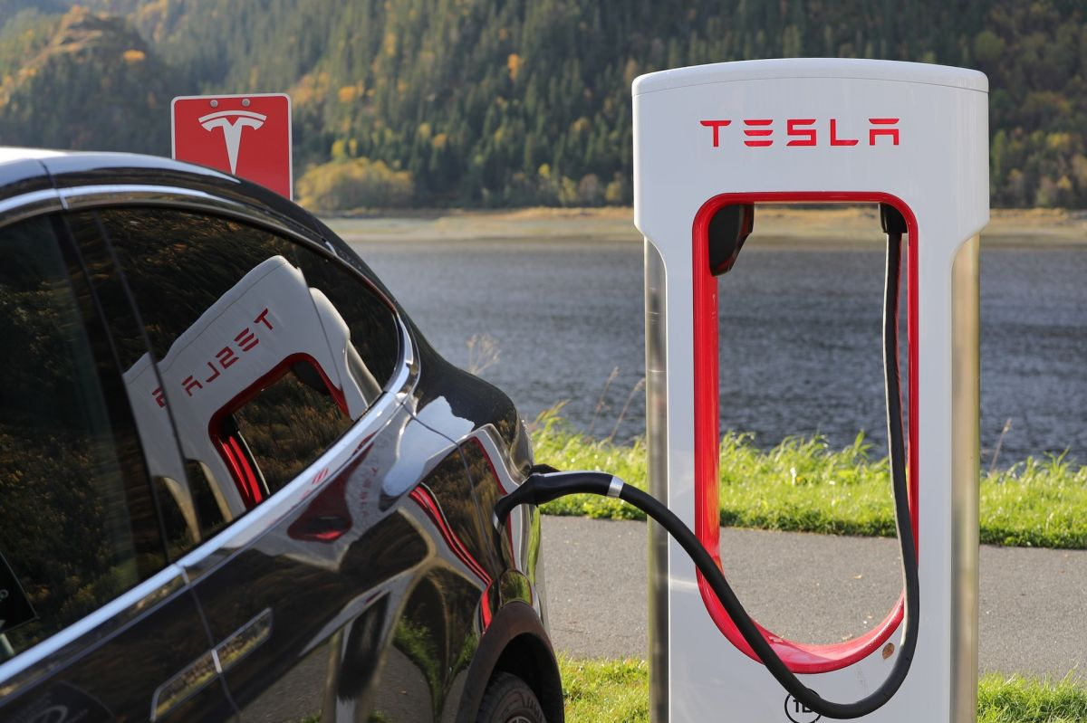 La red de carga Super Charger de Tesla es capaz de proporcionar 300 kilovatios de energía.
