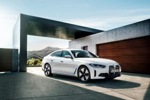 El BMW i4 completamente eléctrico ha sido revelado y estará disponible para el primer trimestre de 2022