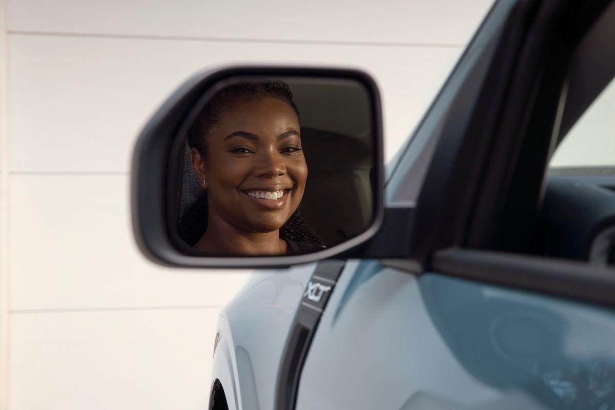 Foto de la actriz Gabrielle Union reflejándose en el retrovisor de la nueva Ford Maverick