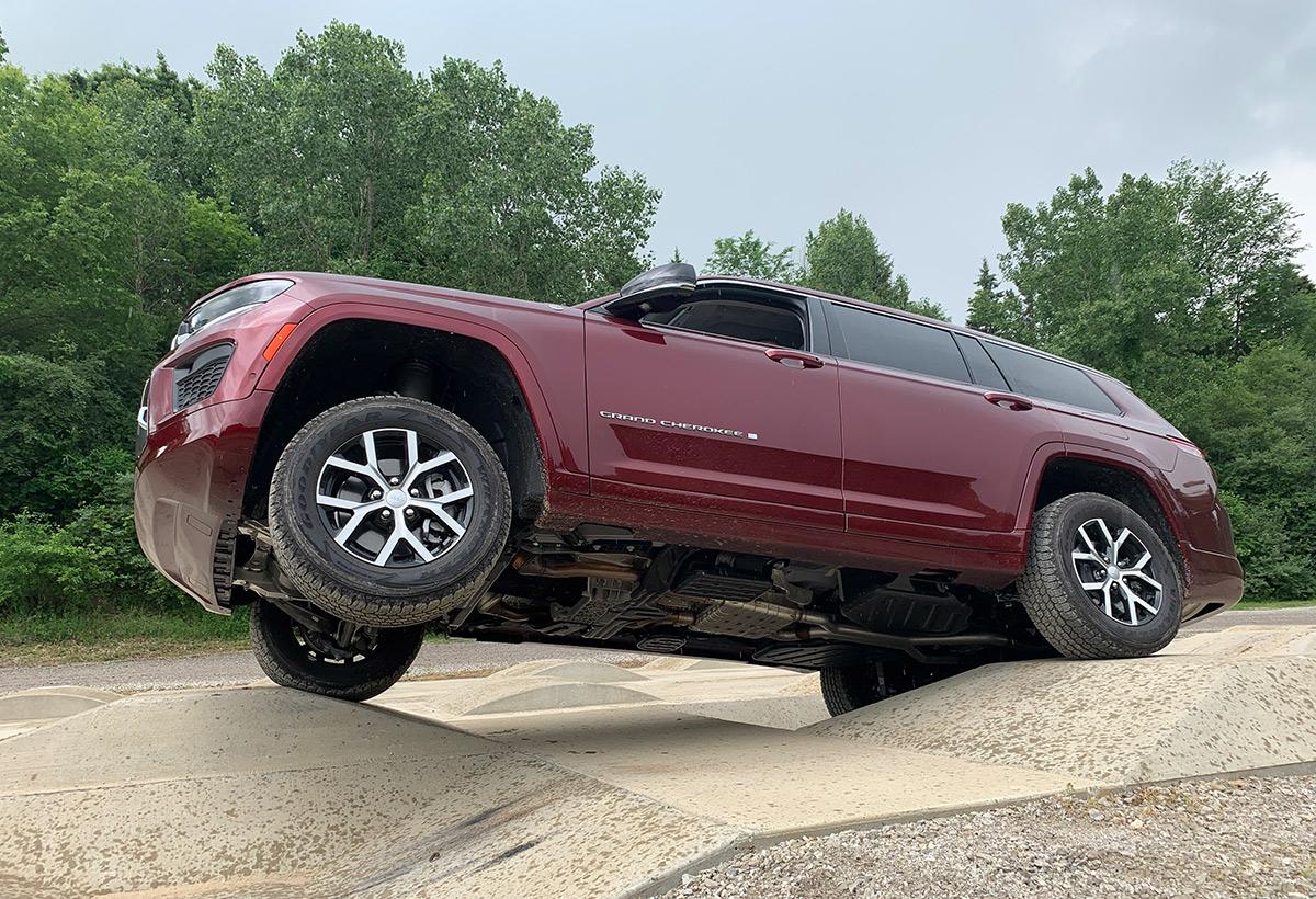 El 2021 Jeep Grand Cherokee no deja de ser un SUV con potentes capacidades 4x4.