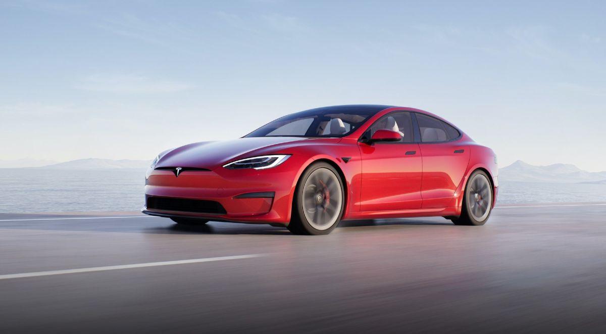 Jay Leno logra el récord de cuarto de milla en el nuevo Tesla Model S Plaid en sólo 9.24 segundos
