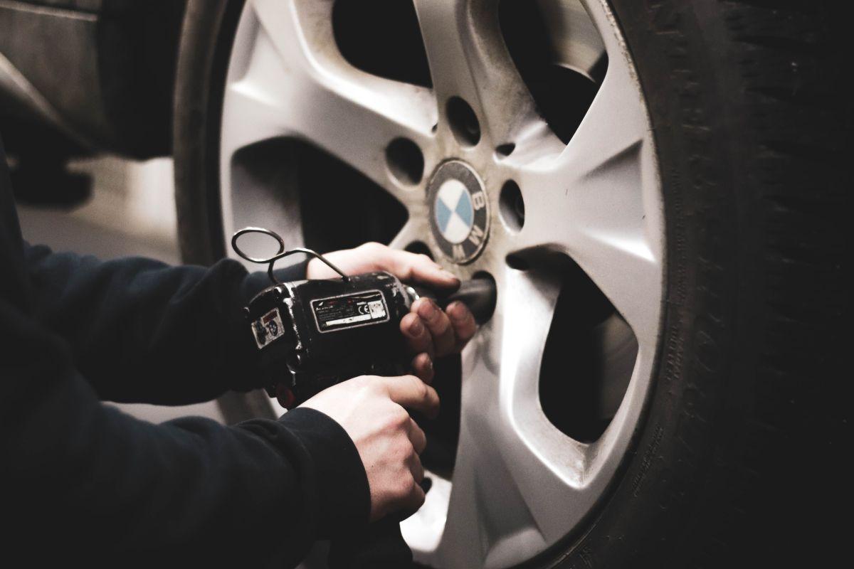 Por qué se deben rotar las llantas del auto