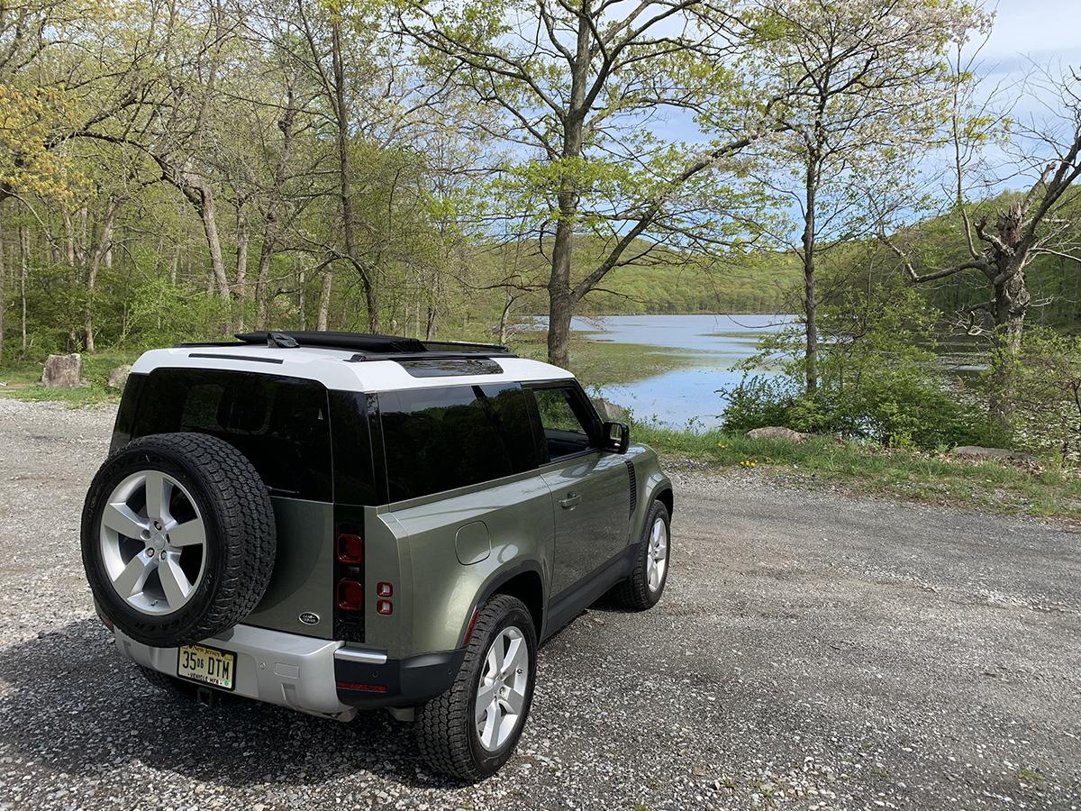 Visto desde atrás, el Land Rover Defender 90 también es inconfundible con su puerta de apertura horizontal y su rueda de repuesto.