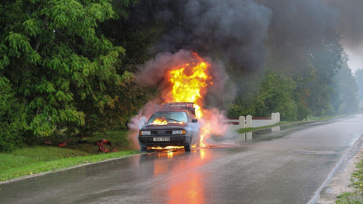 Agua vs extintor: cuáles son las diferencias a la hora de apagar un incendio en un auto