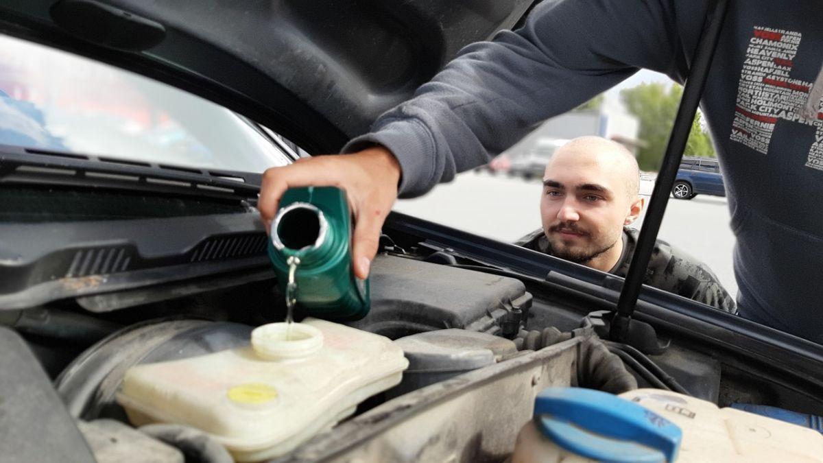 Conocer qué tipo de aceite usa el motor de tu auto es vital para su buen funcionamiento.