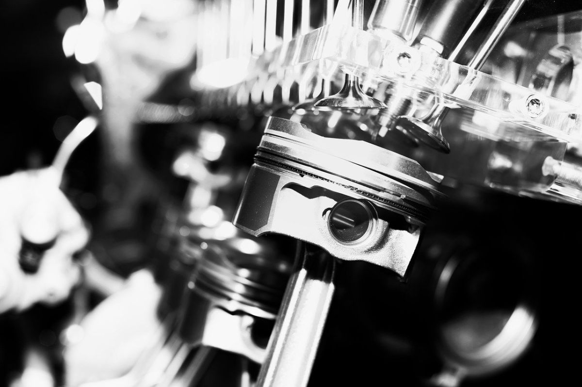 El pistón es un elemento metálico del motor que cumple con una función importante.
