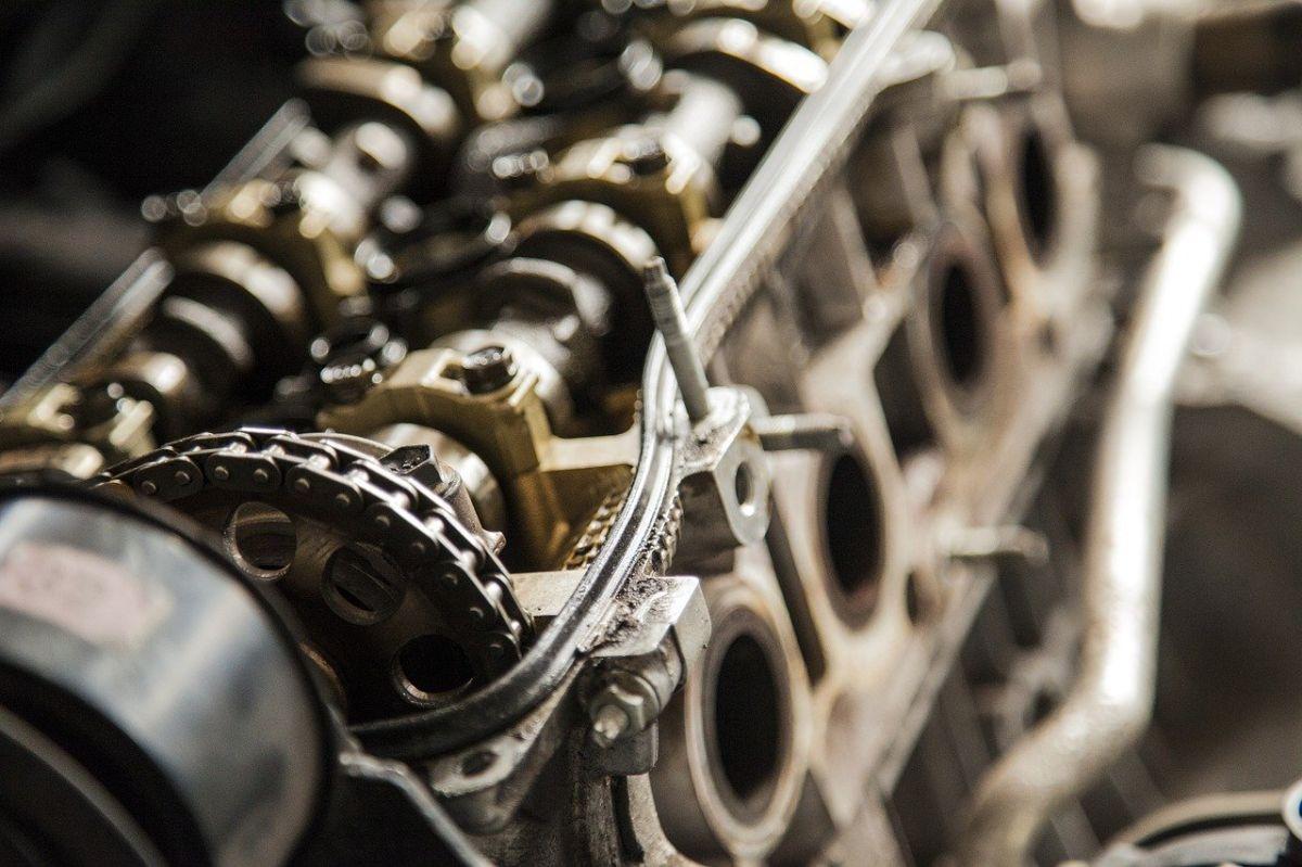 El motor esta formado por piezas metálicas muy importantes.