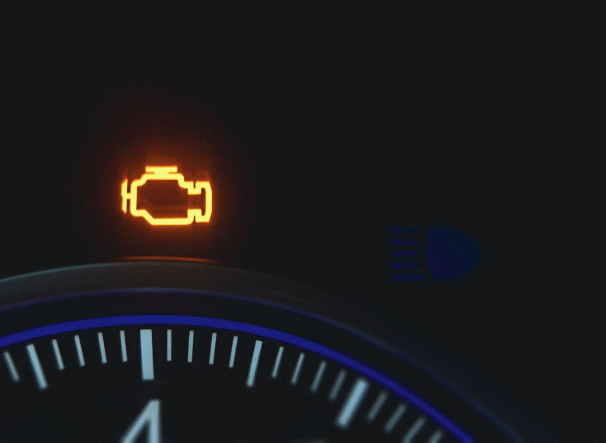 Cómo resetear la luz de check engine en el auto