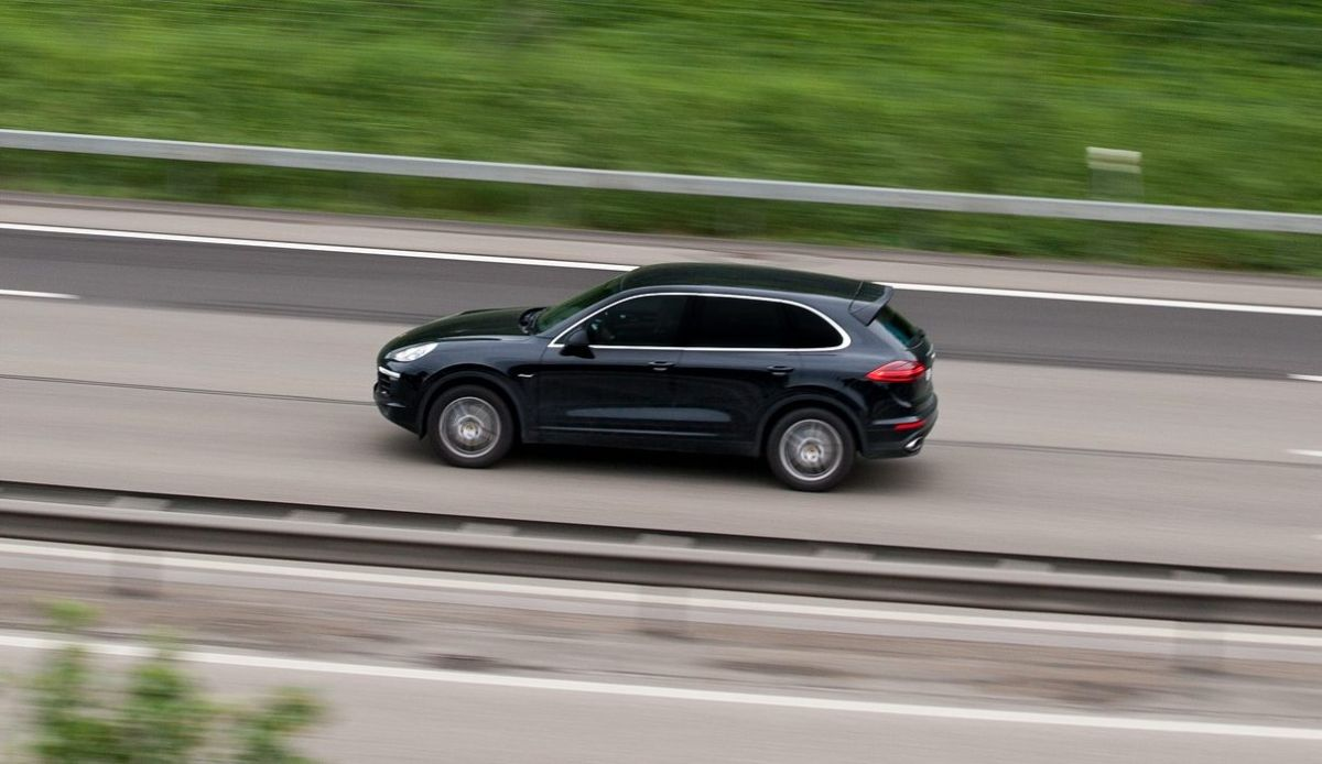 Conducir a velocidad moderada te permitirá tener un mejor control del vehículo en caso de quedarte sin frenos.