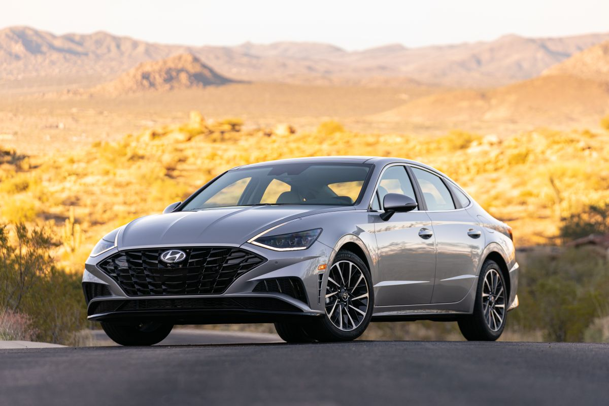 En la cabina del Hyundai Sonata 2021 caben hasta 5 pasajeros.