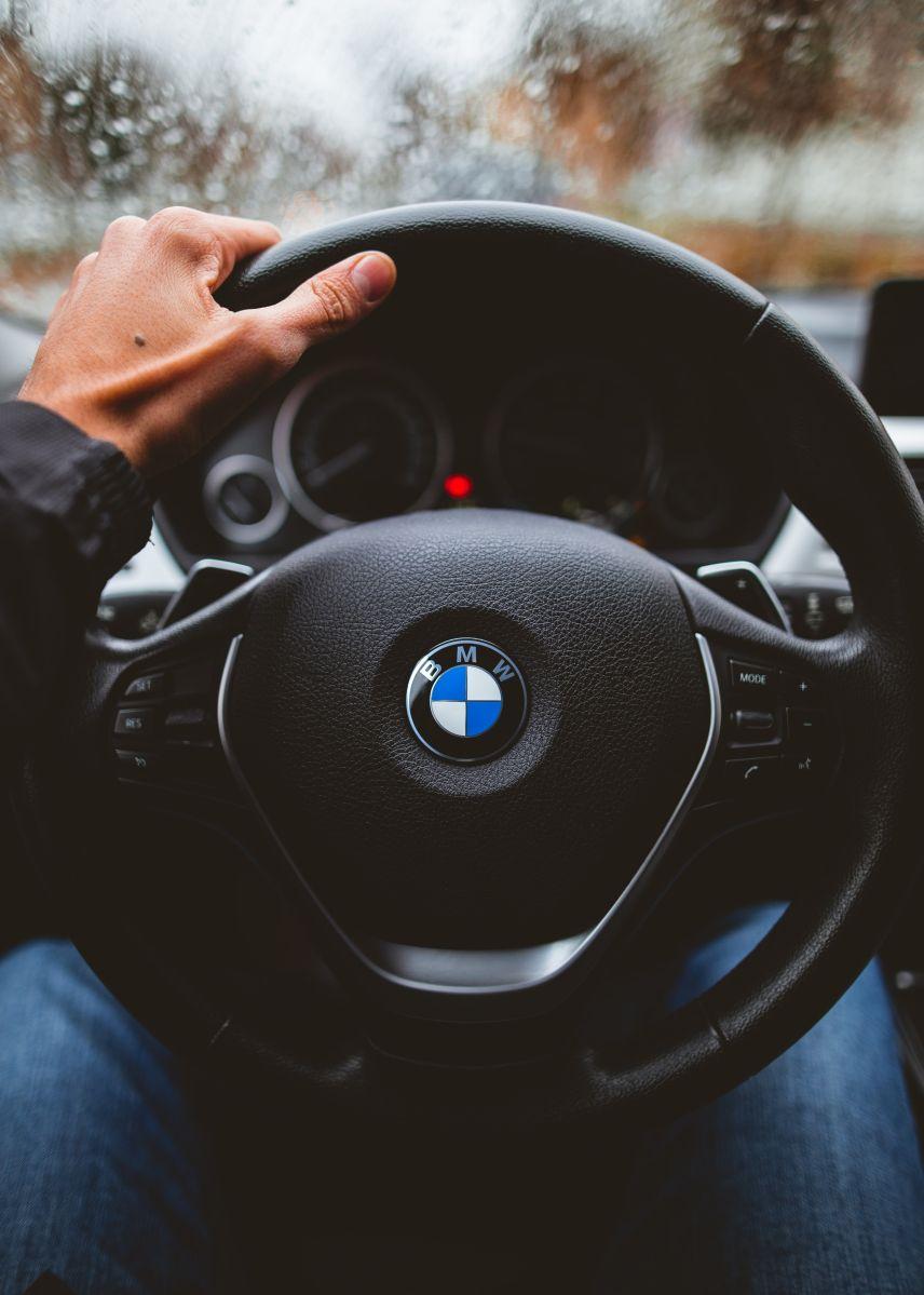 Agarrar de forma correcta el volante nos ayuda a tener mejor control del auto.