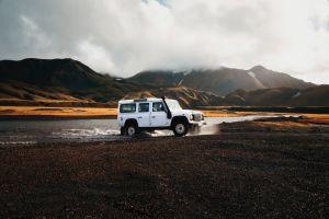 Increíblemente un Range Rover Classic conduce bajo el agua y logra salir como si nada tras sumergirse por completo