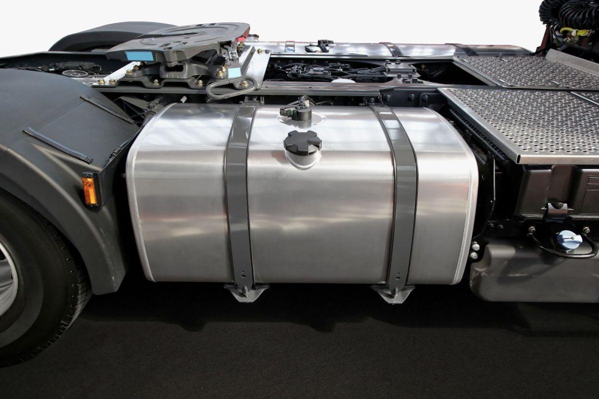 El tanque de combustible tiene diferentes capacidades, todo depende del tipo de auto.