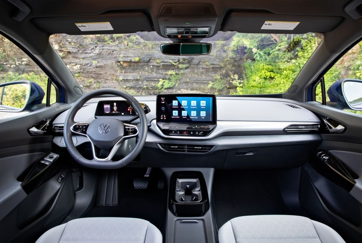 El interior del Volkswagen ID.4 2021 es sobrio y destaca por la pantalla táctil central de 10 pulgadas (de 12 pulgadas en los modelos S).