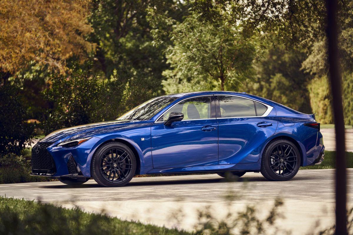 El Lexus IS 2021 puede ser maniobrado en 8 velocidades automáticas.