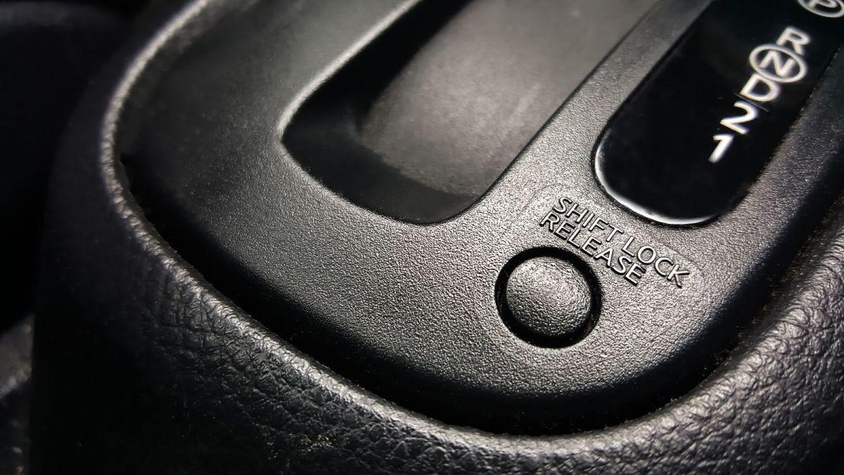 El shift lock nos ayuda para que no se hagan cambios de velocidad accidentalmente