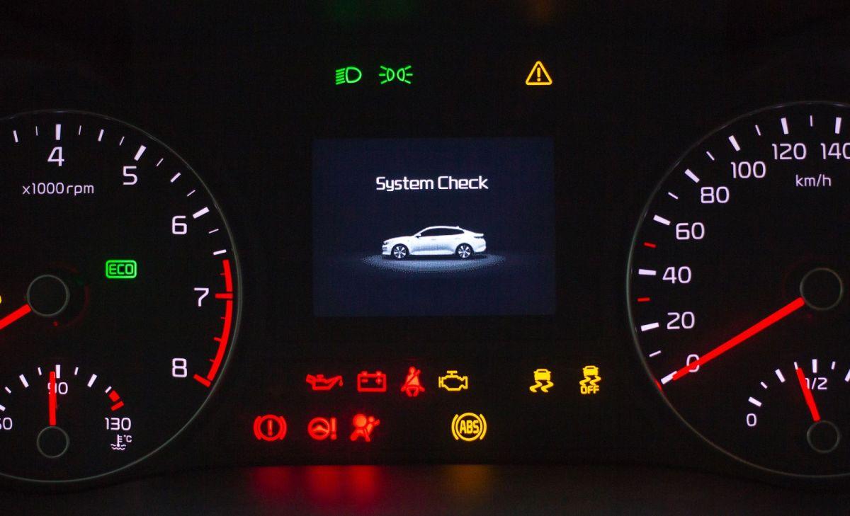 Las luces de advertencia en el tablero del auto nos alertan de fallas en el vehículo