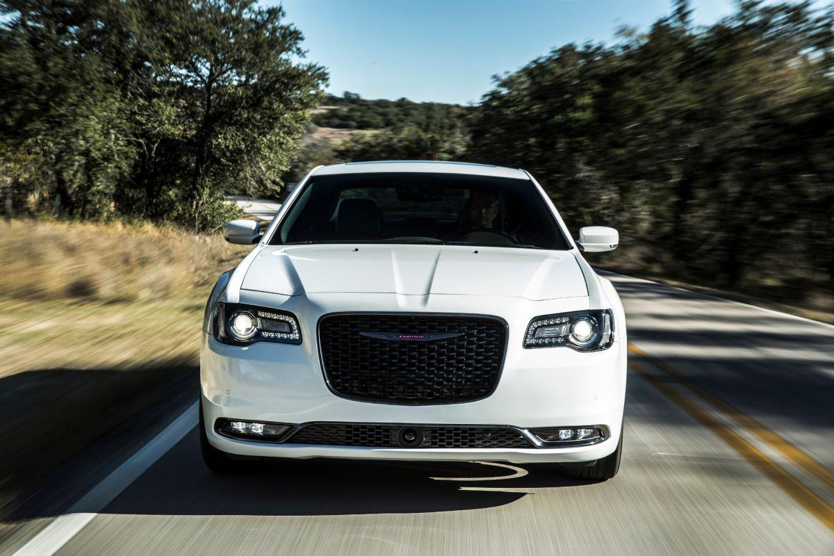 El Chrysler 300 2022 cuenta con el galardonado sistema Uconnect 4C estándar con Apple CarPlay y Android Auto.
