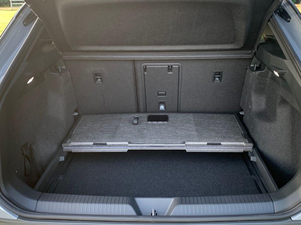 El maletero es espacio y tiene un compartimento bajo el fondo al que se accede fácilmente.