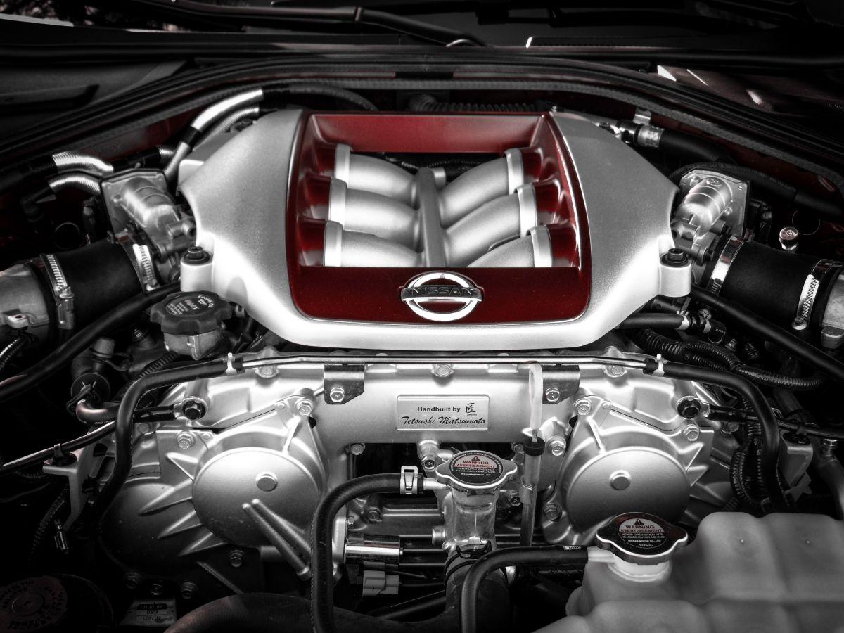 El motor tiene componentes que se encargan de eliminar vibraciones y golpes.