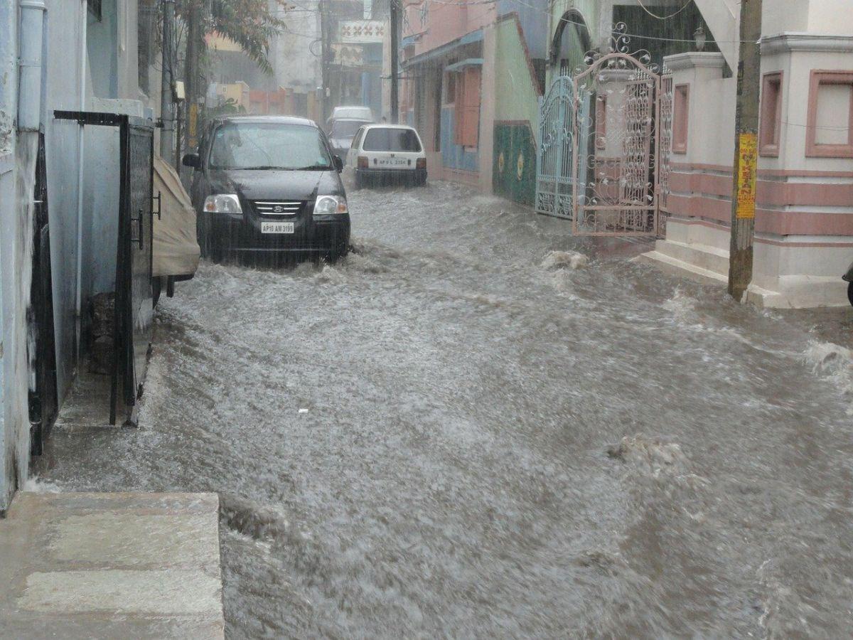 Conducir a través de una calle inundada puede tener consecuencias graves en tu auto.
