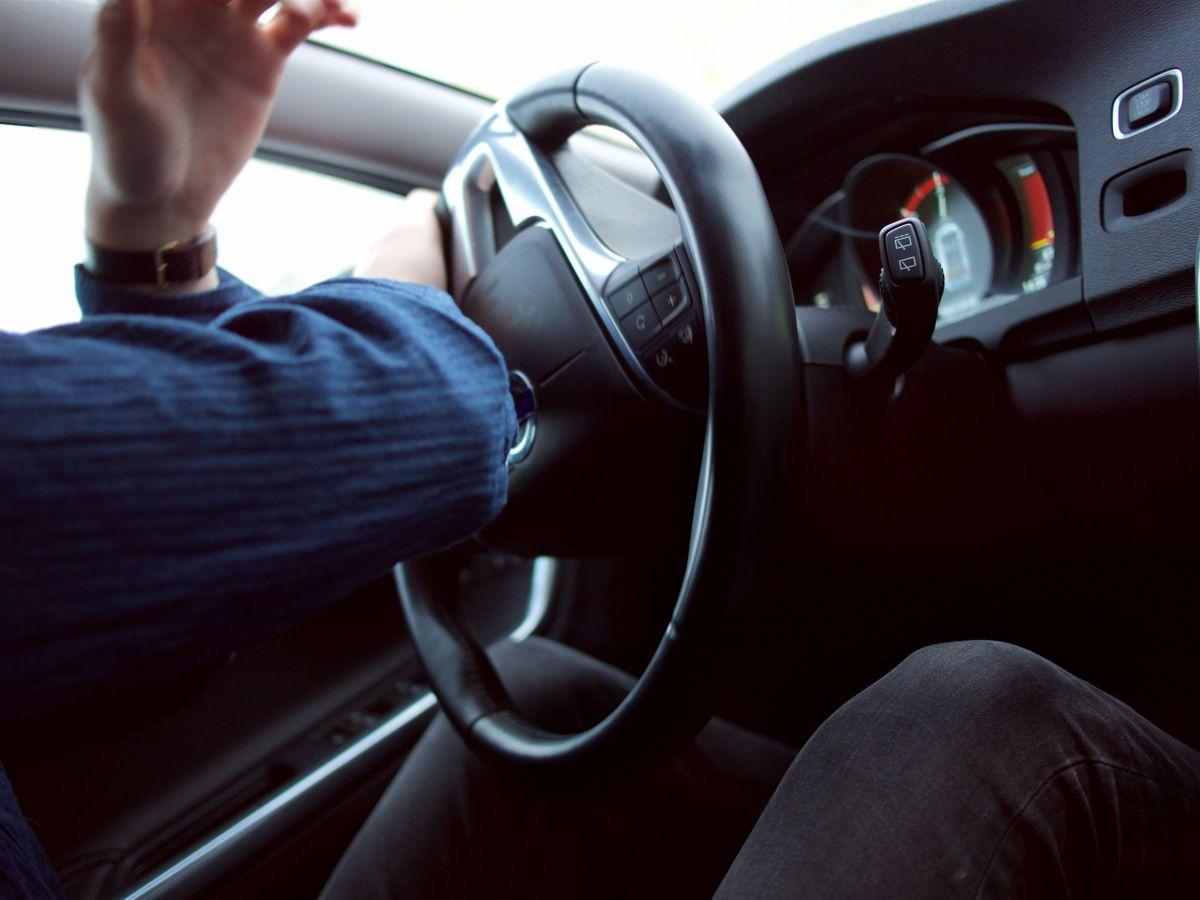 Si el volante del auto se pone duro es porque hay un problema y se tiene que resolver de inmediato.