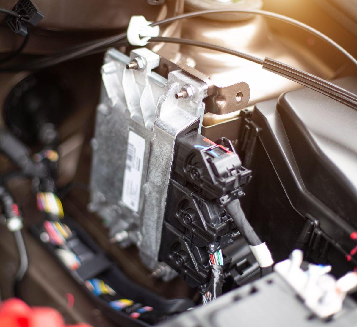 El ECU controla varios aspectos de la operación de combustión interna del motor.