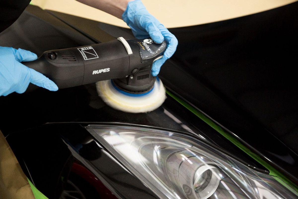 Las marcas de remolino en la pintura del auto pueden hacer ver tu auto muy maltratado.