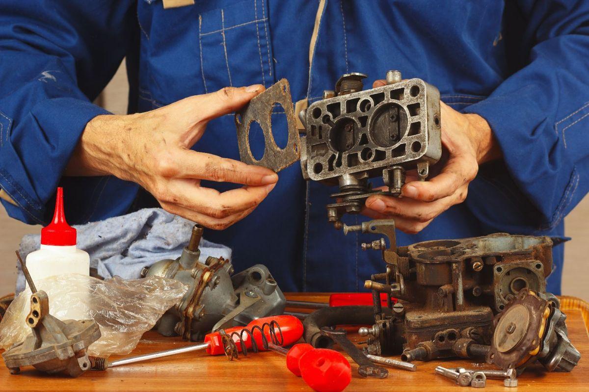 El carburador es el dispositivo que se encarga de preparar la mezcla de aire-combustible en motores antiguos.