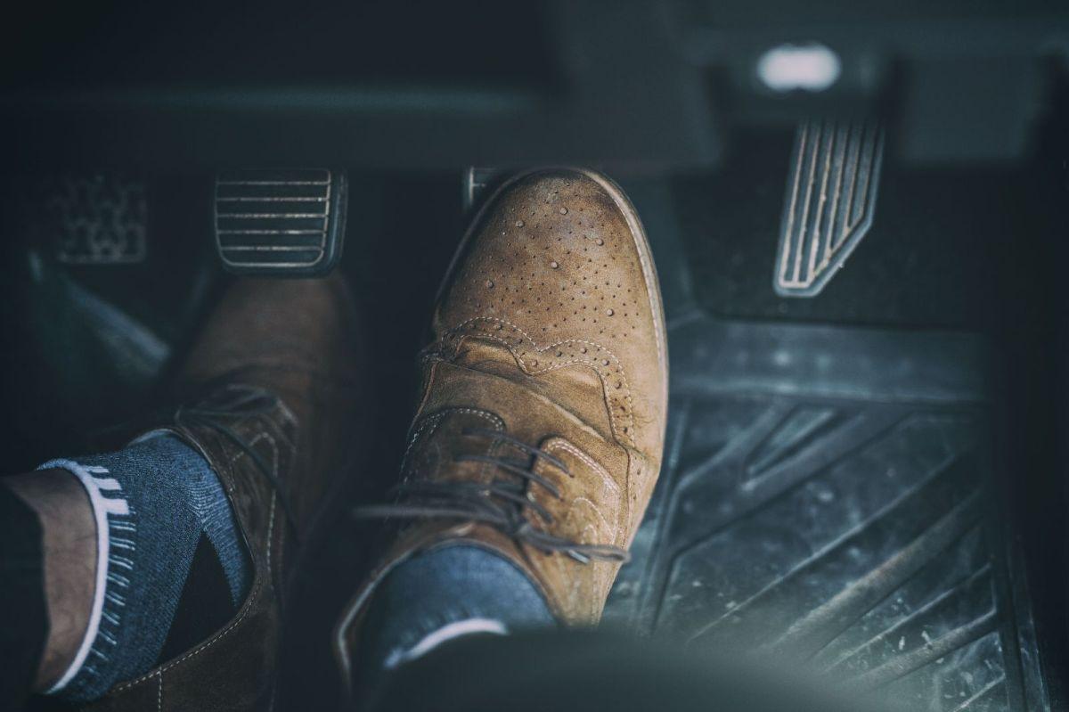El pedal del freno no debe estar muy suave y mucho menos irse hasta el fondo.