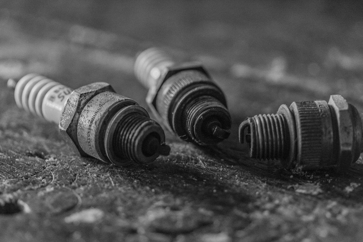 Las bujías de iridio requieren menos voltaje para hacer saltar la chispa