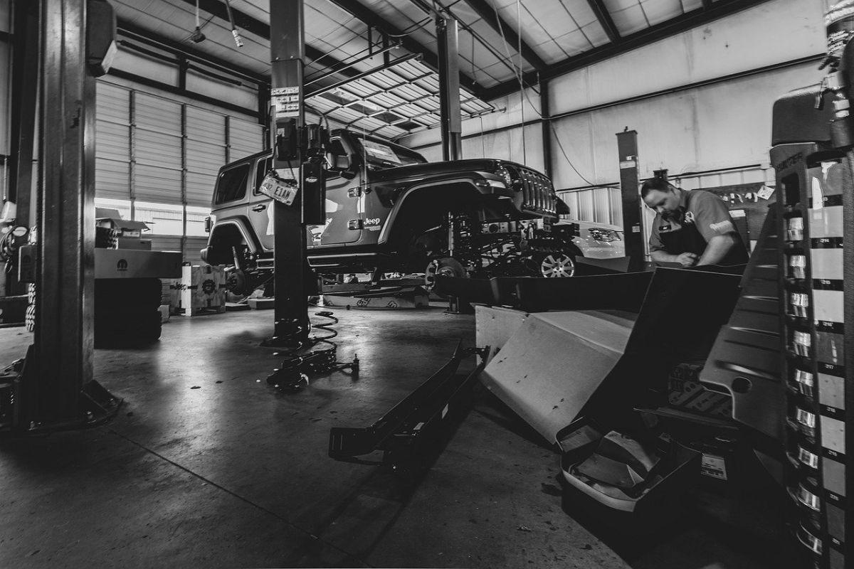 Un taller mecánico se puede encargar de hacer todas las reparaciones del auto.